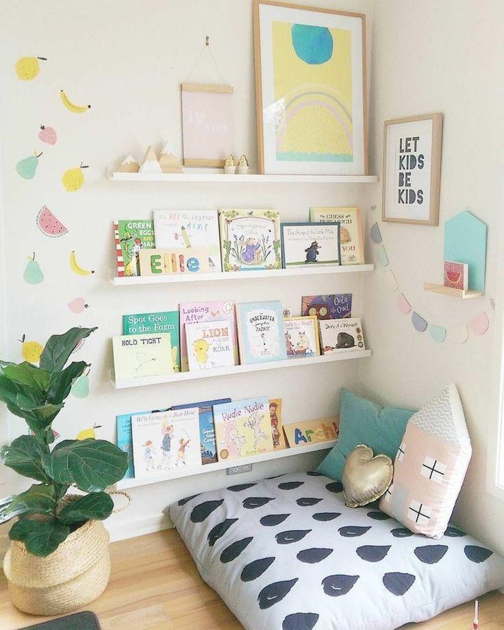 Coin lecture dans la chambre de bébé meublée avec un coussin de siège. Etagère Fototafe …