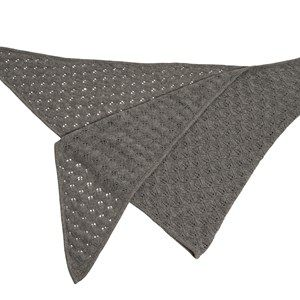SUPERSOFT scarf, light grey melange. The season's softest scarf. Knitted with a beautiful leaf pattern and glitter hem, making it feminine and flattering. Shaped as a large triangle and made in sustainable wool from our Italian supplier.