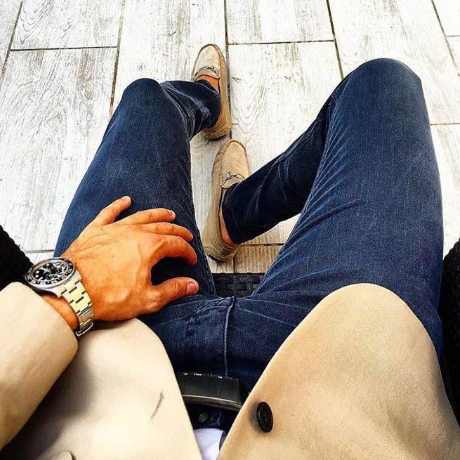 Синие джинсы без потертостей – это 2 в 1. Они имеют все преимущества джинсов, и в то же время ближе к брюкам. Если в них строчка не классическая желтая, а в тон синему дениму, тогда их запросто можно одевать на работу, комбинируя с деловыми пиджаками.  Подобрать джинсы темных варок вы сможете в JiST или jist.ua.