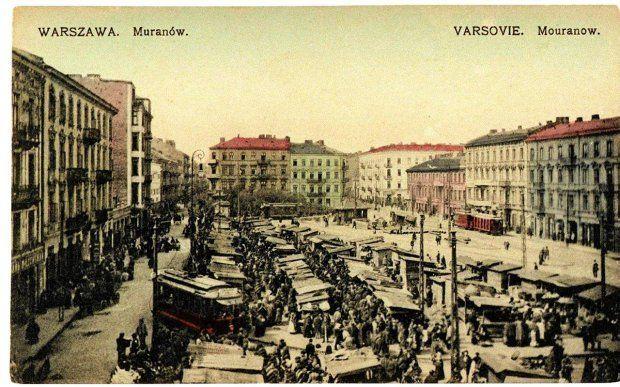 Plac Muranowski. Za nim w latach 30. XX wieku usunięto stragany, pośrodku panował nieprawdopodobny chaos
