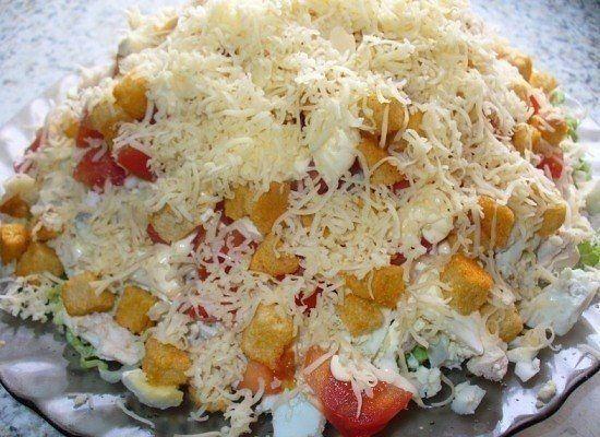 Салат с курицей, сыром и сухариками  Ингредиенты:  Вареная куриная грудка – 350 г Помидоры – 2-3 шт. Болгарский перец – 2-3 шт. Свежие огурцы – 2 шт. Ржаные сухарики – 80 г Сыр твердых сортов – 150 г Майонез – по вкусу Чеснок – 1 головка  Приготовление:  1. Нарезаем или рвем куриную грудку на небольшие кусочки. Берем тарелку или салатницу и укладываем в нее нашу курочку, немного примяв ее ко дну. 2. Помидор нарезаем на небольшие полоски или кубики. Пол головки чеснока пропускаем через пресс…