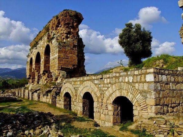 Tralleis antik kenti(Üç gözler)/Aydın/// Aydın ilinin kuzeyinde, Kestane dağlarının hemen güney yamacındaki plato üzerinde yer almaktadır. İl merkezine 1 km. uzaklıkta olan kent, argoslular ve Tralleis'liler tarafından kurulmuştur. Menderes havzasının verimli toprakları üzerine kurlmuş olan bu kent M.Ö.334'te İskender tarafından alınmasından sonra Hellenistik krallıklar arasında sık sık el değiştirmiştir.