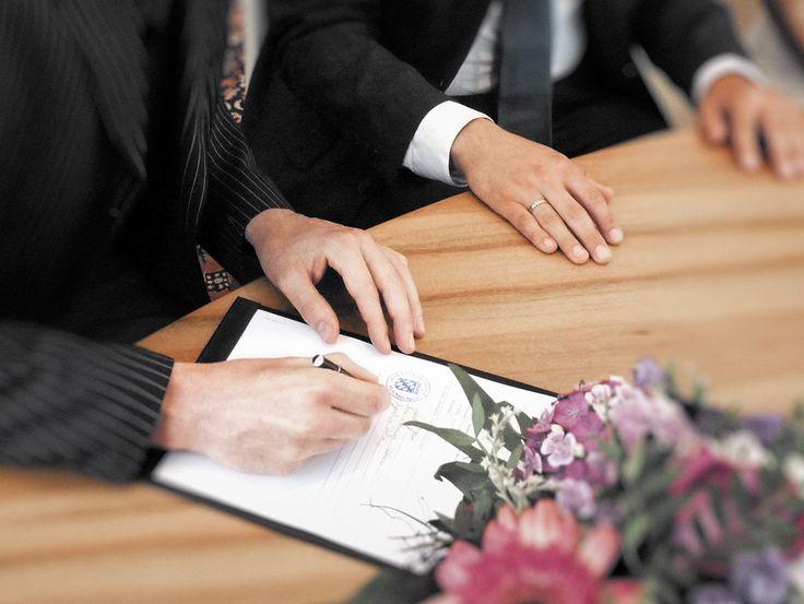Trauzeugen beim Unterschreiben der Ehedokumente