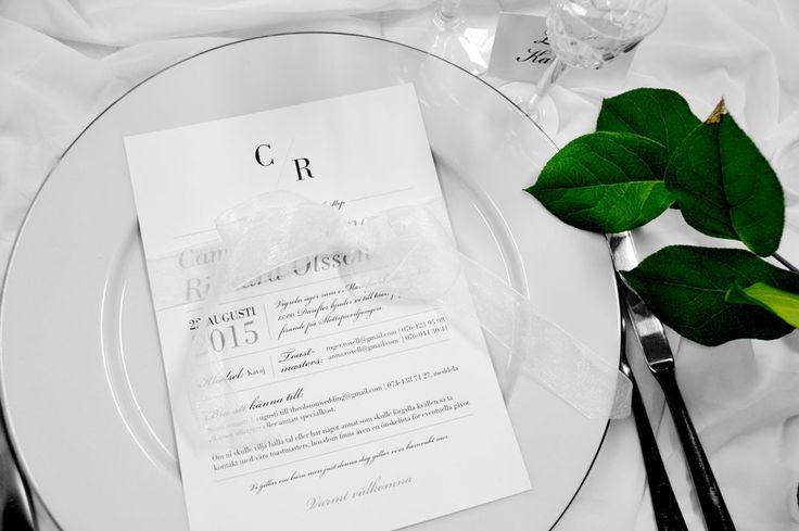 Trycksakerna i bröllopskollektionen Vaxholm andas tradition. Vitt, vitt och vitt, ger den rätta eleganta bröllops känslan. Kuvertet kan dock fås i antingen vitt
