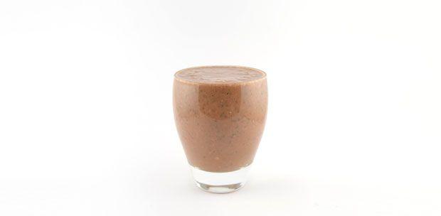 Ontbijt smoothie. Banaan rauwe cacaopoeder hazelnoot munt smoothie recept - Supersnel gezond
