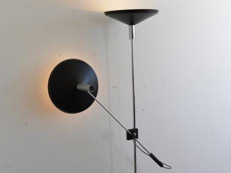 Titel  Stehlampe Designer  MEGAL AG Hersteller  MEGAL AG Entwurf  1958 Deckenfluter mit beweglichem Arm, neigbar und höhenverstellbar, Schirm Blech schwarz lackiert,