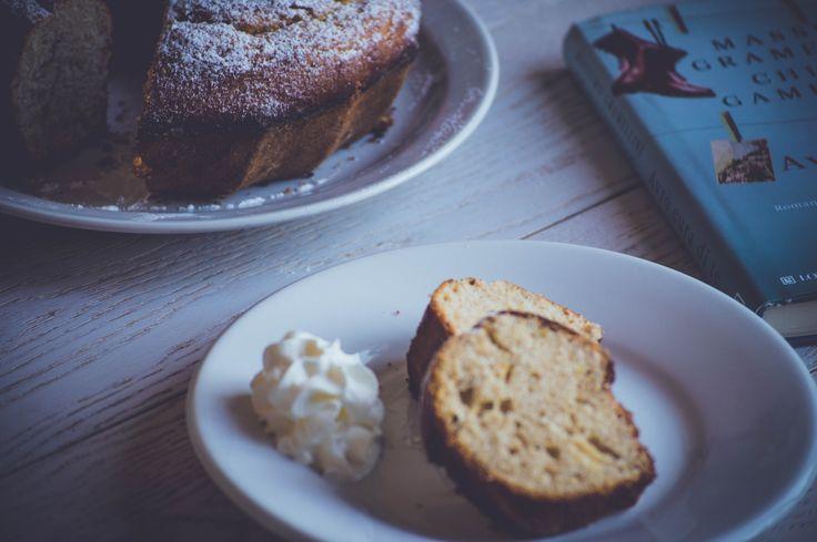 Ciambellone di Compleanno Ringrazio @ildiariodellamiacucinabygemma per lo spunto. Ingredienti  250 gr. Metà integrale , metà 00 3 uova intere 30 gr di zucchero semolato 90 gr zucchero di canna 50 ml. olio di semi 1 bustina di lievito vanigliato Gocce di essenza di rhum un pizzico di sale Scorza e succo di un limone Mezzo vasetto di yogurt