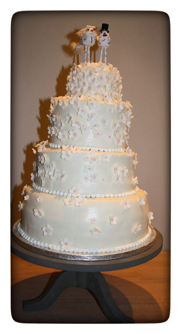 tadaa! Gestapelde bruidstaart met waterval van kleine bloemetjes met zachtroze hartje...