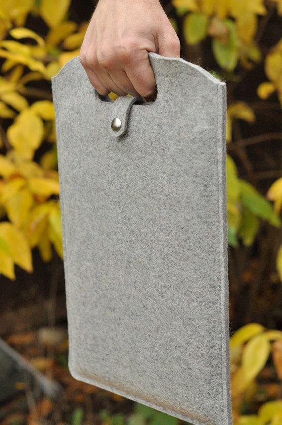 Esta bien artesanal caja del ordenador portátil, El peregrino gris mantendrá su Mac feliz y seguro.  Fieltro de lana manga del ordenador portátil para MacBook y MacBook Pro 13 con asa y cierre.  Este espartano diseño en fieltro de lana de 1/8 de pulgada proporciona protección maravillosa.  color: gris  Dimensiones: 10.5 X 16  se adapta: MacBook y MacBook Pro 13
