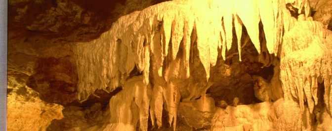 Grottes pétrifiantes de Savonnières - Villandry  Au cœur de la Touraine, laissez vous conter une histoire vieille de 100 millions d'années. Celle de l'eau qui a sculpté la roche calcaire. Des formes étranges et poétiques jaillissent (orgues, stalactites, …) #grotte #roche #villandry #savonnieres #destinationbeauval