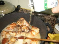 Pollo a la cerveza con ajos Este pollo se hace a fuego lento en un perol de barro o una cazuela de fondo grueso Ingredientes: – Un pollo troceado. Pedir al carnicero que separe la parte huesu…