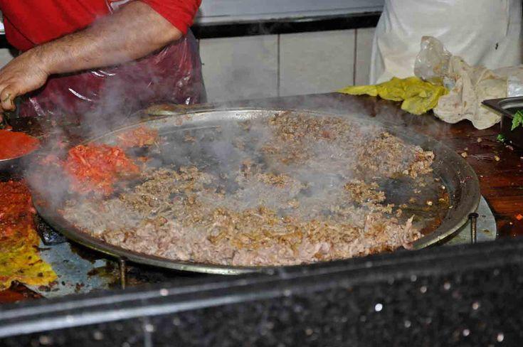 Mersin yöresinin benzersiz kebabı olan tantuni; haşlanmış yağsız biftek etinin elle ince ince doğranmış sinirleri tamamen alınmış halinin özel tepsisinde yağ, su ve baharatla pişirilip yeşillik eklenerek yöresel açık lavaşla veya ekmekle sunulduğu bir kebap çeşitidir.