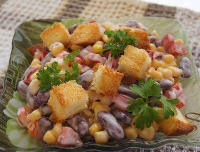 Салат с консервированной кукурузой и сухариками