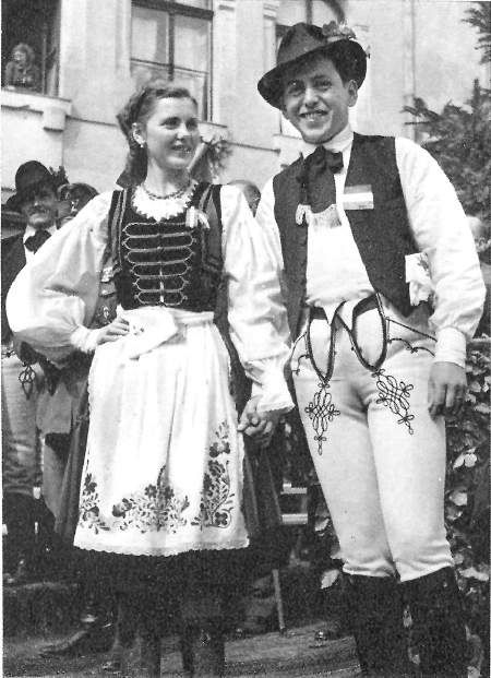 Fiatal magyar pár népviseletben - Young hungarian couple in folk wearing