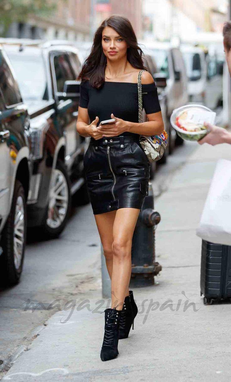 Con un look total black Adriana Lima, pasea por las calles de Nueva York camino a convertirse de nuevo en un ángel de Victoria's Secret.