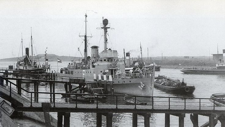 File:HNLMS Pieter Florisz (F).jpg Aan de kade in IJmuiden 1938, op de achtergrond de sleepboot Stentor van Bureau Wijsmuller.