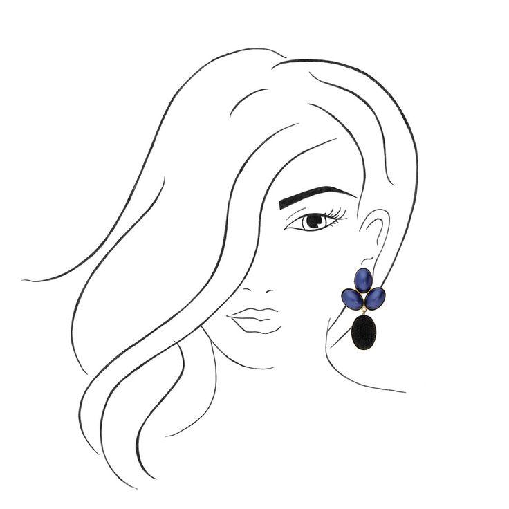 Der Steckerohrring Chica in Blau und Schwarz sieht aus wie das funkelnde Nachtleben. Die drei dunkelblau schimmernden Swarovski-Steine am Ohrläppchen schmiegen sich harmonisch ineinander und bringen den darunter sitzenden, tiefschwarz funkelnden Stein heraus. Dieser glitzert bei jedem Lichtreflex aufs neue - ein aufregender Styling-Effekt! Gefasst in 24-Karat vergoldetem Messing wird der Ohrring noch edler. Der ideale spannende Begleiter für Tag und Nacht.