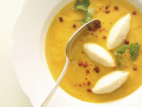 Der aromatischen Klassiker mit raffinierten Zutaten: Kokos-Kürbis-Suppe - smarter - Kalorien: 199 Kcal - Zeit: 30 Min.   eatsmarter.de #kürbis #pumpkin #suppe #soup