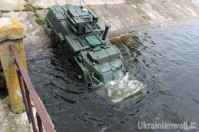БТР-4 прошёл испытание водой. ФОТОРЕПОРТАЖ http://ukrainianwall.com/blogosfera/btr-4-proshyol-ispytanie-vodoj-fotoreportazh/  На Харьковщине прошли испытания славноизвестного бронетранспортера БТР-4. Испытания – на воде. Проще говоря – окрестили! Ритуал проводился на Салтовском водохранилище и завершился успешно. zloy_odessit