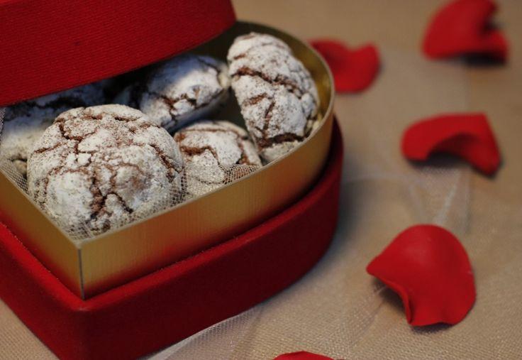 Sevgililer Günü hediyeleri, fikirleri; Valentines Day Gifts, Ideas, kalp kutuda çikolatalı çatlak kurabiyeler, cookies