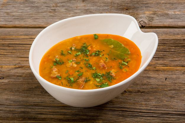 Предлагаем пошаговый рецепт чечевичного супа со свининой и копченой паприкой, как пример безупречного на наш взгляд первого блюда. А подавать его рекомендуем с зеленью и сметаной.