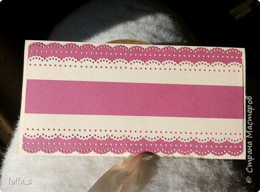 """Вот и вторая моя работа после """"отпуска"""" - конвертик для денег на свадьбу. Основа-картон нежного кремового цвета и насыщенного розового цвета. Декорирован цветами, листиками и завитками в технике квиллинг в розово-мятной цветовой гамме. Серединки цветочков украшены полубусинками. Завязывается с помощью двух атласных лент. Сам карманчик украшен кружевом. Размер конвертика 16,5х8,5 см. фото 4"""