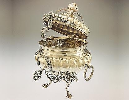 """""Crismera"""" de plata forjada,(recipiente para los oleos)obra del orfebre Argentino Pallarols(padre) del 1905"