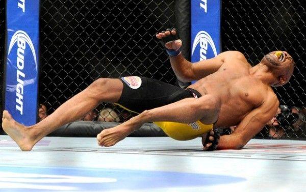 Anderson Silva fratura a perna esquerda 2 600x377 Vídeo da Luta Completa Anderson Silva x Chris Weidman 2 Revanche no UFC 168