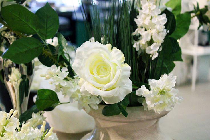 #Rosa bianca con #fiori e piante.
