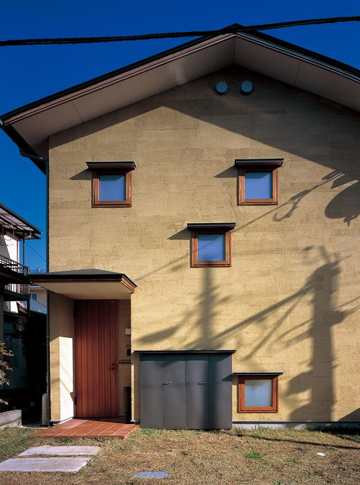 西面外観/各所に設けられた小窓がファサードに微笑ましい表情をつくる