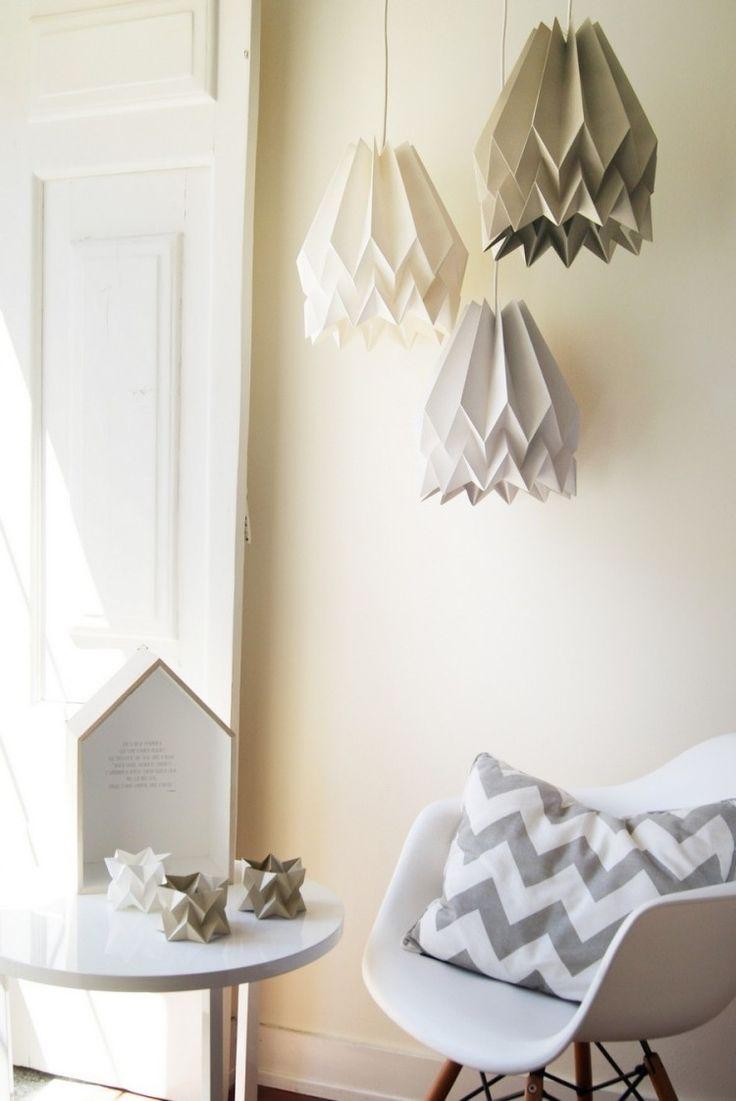 lampe papier origami et trois modèles suspendus en blanc, beige et gris