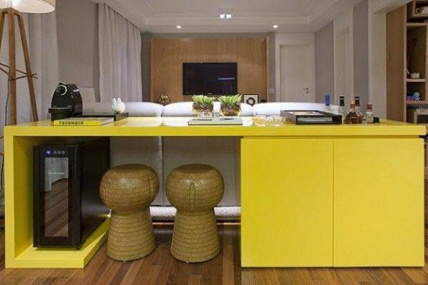Um sucesso esse móvel de laca amarela que funciona como bar com espaço para garrafas, adega, cafeteira e ainda uma parte fechada super funcional.