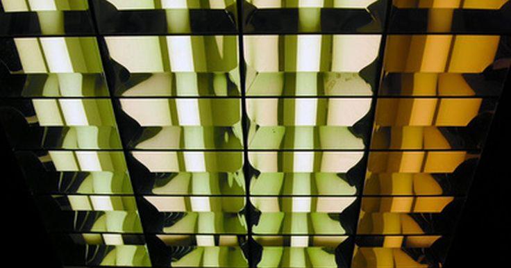 ¿Cómo sacar la cubierta de una lámpara fluorescente?. Las lámparas fluorescentes vienen en una amplia gama de estilos y tipos, y proporcionan muchos años de funcionamiento sin necesidad de mantenimiento. Llegará el momento en que necesites para tener acceso a los mecanismos internos del aparato si se debe cambiar los tubos de la luminaria o instalar un nuevo lastre o enchufe. Saber cómo eliminar ...