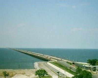 """ponte do lago Pontchartrain ou mais conhecida como """"Lake Pontchartrain Causeway"""", é constituida por duas vias paralelas que atravessam o lago Pontchartrain, com um extensão total de 38.422 metros tornado-a a ponte mais extensa do mundo. Existe a possibilidade de se construir uma terceira via, mais larga que as anteriores, possuindo alem das duas faixa uma terceira sendo a faixa de emergência. Situadas na zona sul do estado da Louisiana, as pontes ligam a localidade de Madeville, a norte,"""