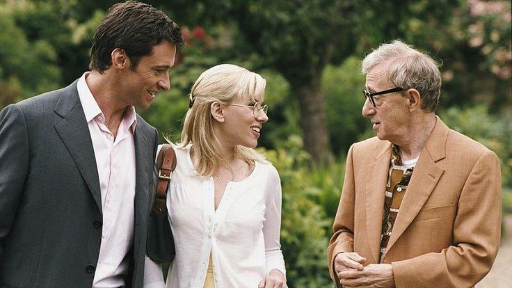 """""""Scoop - gorący temat"""" - Hugh Jackman, Scarlett Johansson, Woody Allen - 2006.  Studentka dziennikarstwa Sondra Pransky (Scarlett Johansson) odwiedza w czasie wakacyjnej przerwy znajomych w Wielkiej Brytanii. W Londynie bierze przypadkowo udział w show podstarzałego magika Sida """"Splendiniego"""" Watermana (Woody Allen)."""