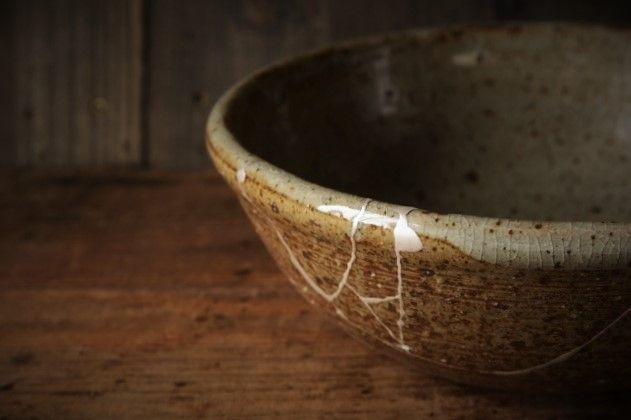 金継ぎ(kintsugi)図書館【緑の大鉢】 スタンダード・シルバ器の大きさ: 直径 225㎜ × 高さ 75㎜ 器の特徴: ガラス質の釉薬 破損の具合: 割れ 6ピース (計 710㎜) 仕上げの種類: 銀粉仕上げ