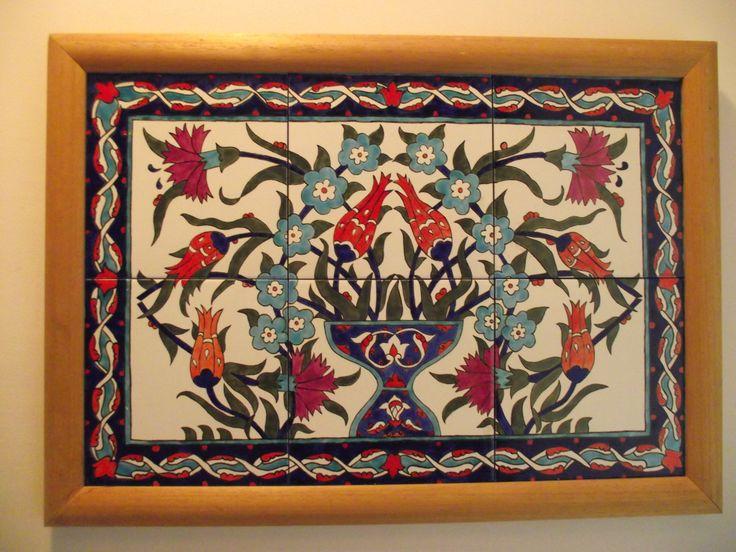 Seramik duvar panosu....  20*20 'lik 6 seramik beyaz karo üzerine Türk motifleri ile elde boyanmış ve ahşap ile çerçevelenmiş bir duvar panosudur...  sehersayar@yahoo.com.tr