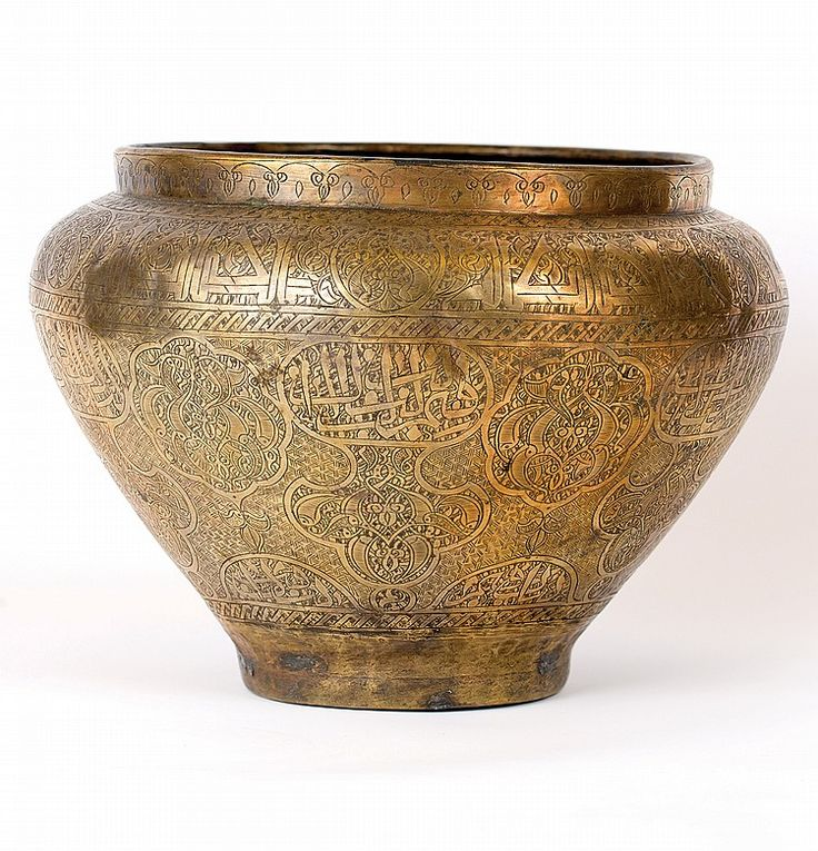 MAMLUK' STYLE LARGE BRASS BOWL, OTTOMAN PERIOD Dimensions: 21. 5 cm height22.5 cm diameter I  Albahie Auction House