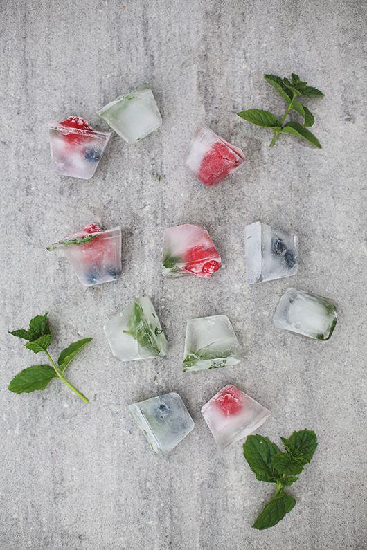 Häromdagen testade jag ett sommar-DIY som jag sett florera på Instagram och Pinterest. Isbitar med infryst frukt och bär. Ett superenkelt sätt att piffa till en vanlig karaff med vatten under varma…