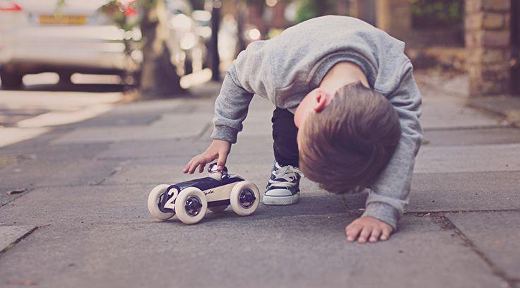 Op 11-jarige leeftijd reedJulian Meagher van Playforever regelmatig rond op zijn fiets, op zoek naar verscholen super auto's, die geparkeerd stonden in ondergrondse parkeergarages. Op zijn fietsje ging hijdrie verdiepingen naar beneden om daar onder stofkappen te gluren en de prachtige glimmende auto's te bewonderen.