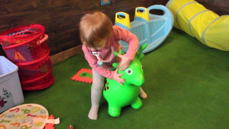 VLOG играем в игрушки кушаем в ресторане детская площадка и бассейн из м...
