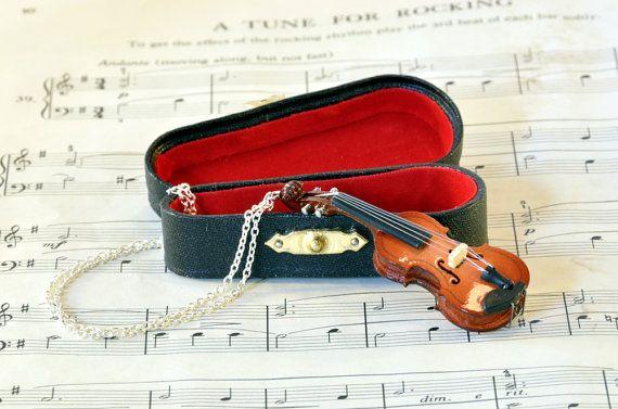 Collar de violín en caso joyas de la música violín por twopennylane