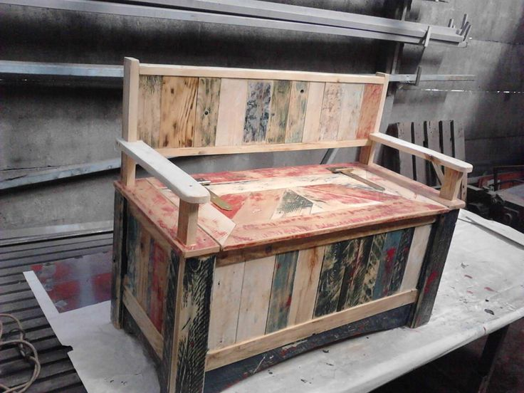 Cool Pallet Storage Bench #garden #palletbench #palletstorage #recyclingwoodpallets Ok, this was a quite hard project to do, but a fun one. I've decided to do this bench from pallet wood because I didn't want to spend too much money o...