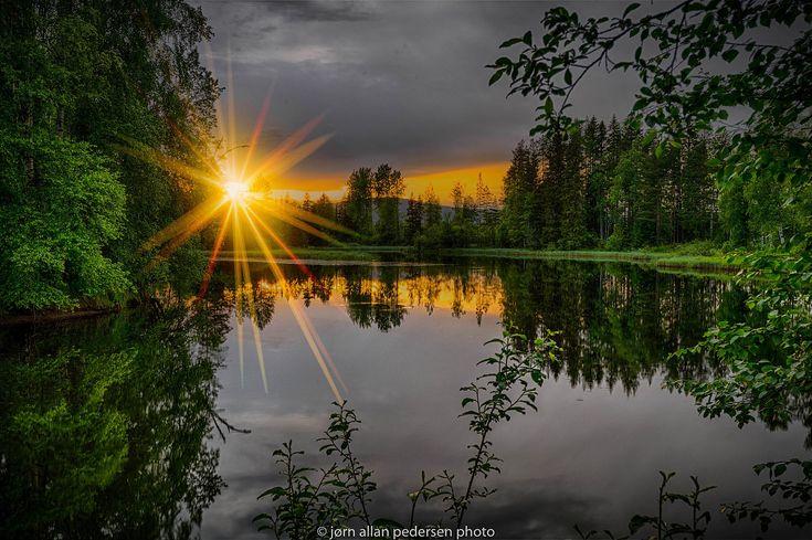 Скачать обои закат, лес, река, ветки, лето, зелень, вечер, лучи солнца, деревья, раздел природа в разрешении 2048x1363