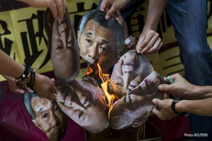 Effigies of PM Lee Hsien Loong and late Mr Lee Kuan Yew being burnt in the Hong Kong protests, for the human rights movement in freeing of Amos Yee.
