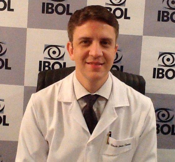 Clique aqui e saiba mais sobre ceratocone. Neste vídeo de 1 minuto, Dr. Renato Oliveira explica quais os últimos avanços no tratamento da doença que afeta adolescentes e jovens adultos.