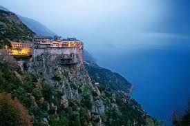 Op het Griekse eiland Athos mogen geen baardlozen mannen geen vrouwen en jongeren komen. Hier klopt dan ook iets niet!