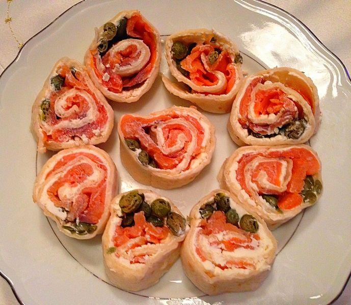 Roladki z wędzonym łososiem - to niezwykle prosty przepis na wystrzałowe danie, które zrobi furorę na każdej imprezie, od imienin po Sylwestra.