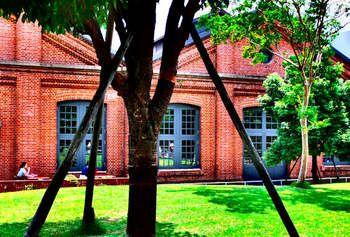 赤レンガと言えば、横浜。でもここに写っているのは、飛鳥山公園近くにある北区中央図書館。軍の施設だった赤レンガ倉庫を図書館の一部として活用しています。なんだか外国にいるような気分。  赤レンガの後方には新しい近代的な建物が…。新しい建物とと古い建物の融合です。