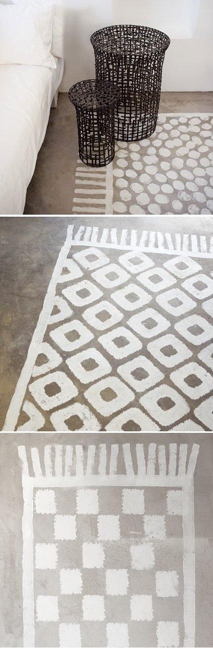 Des tapis en trompe l'œil  On imagine des motifs simples (arabesques, carrés,..) que l'on découpe dans du carton épais. Avec un pinceau (modèle normal et non une brosse à pochoir), on peint les motifs à même le sol, de manière plus ou moins régulière pour un plus bel effet. Le contour et les franges du tapis sont réalisés à l'aide de rouleaux de différentes dimensions.